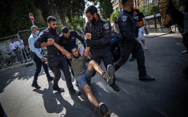Israeli police officers scuffle with demonstrators during a protest against Israeli PM Benjamin Netanyahu, outside the Prime Minister's residence in Jerusalem on April 24, 2021. (Yonatan Sindel/Flash90)