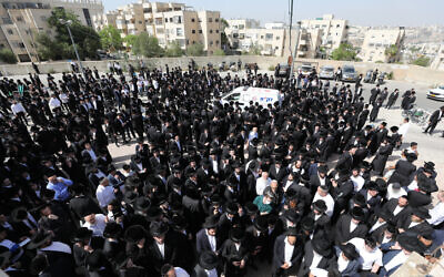 Hundreds of Haredim at a funeral in Jerusalem for one of the victims of the Meron tragedy, April 30, 2021 (Olivier Fitoussi/Flash90)