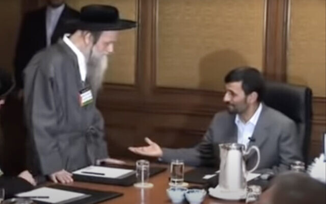 Robbe Moshe Dov Ber Beck (L) meets with Iran's then president Mahmoud Ahmadinejad. (Screen capture: YouTube)