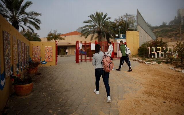 Israeli students return to school in Yad Mordechai, March 7, 2021. (Flash90)