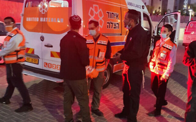 First responders at the scene of a suspected murder in Netivot, April 14, 2021. (Courtesy/Hatzalah)