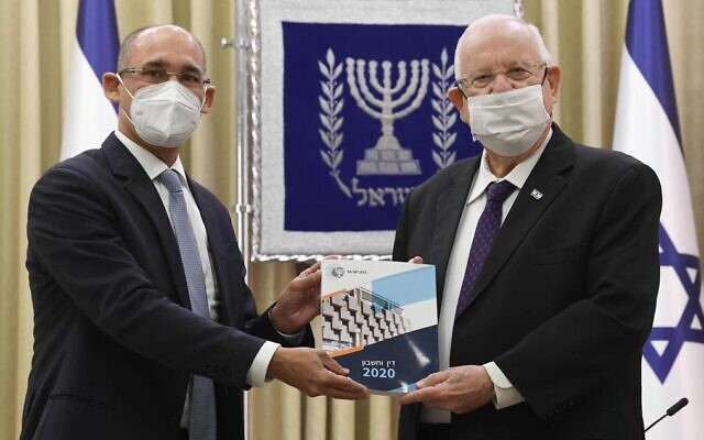 Governor of the Bank of Israel Amir Yaron, left, presents the central bank's annual report to President Reuven Rivlin, April 6, 2021 (Mark Neyman, GPO)