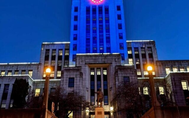 Vancouver's city hall lights up in blue and white in honor of Israel's Independence Day on April 14, 2021. (Foreign Ministry)