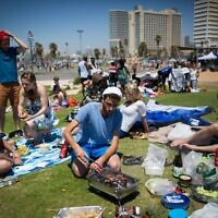Israelis barbeque at Dolfinarium beach park on Israel's 68th Independence Day, May 12, 2016. (Miriam Alster/Flash 90)