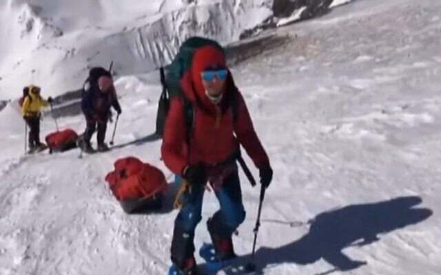 Danielle Wolfson climbs the face of Mount Everest. (Screenshot/Ch. 13)