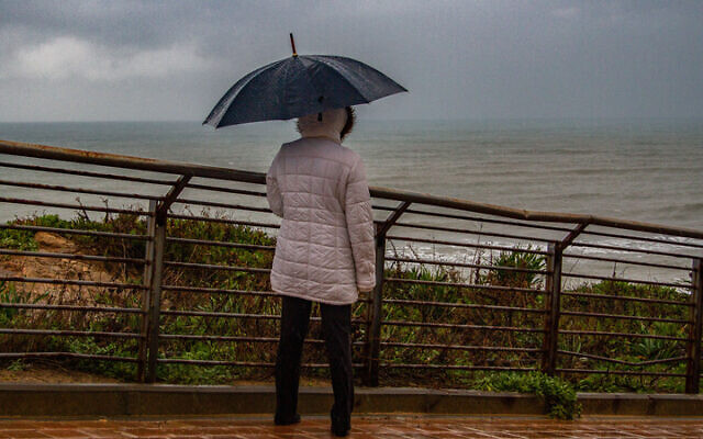Rain in the northern coastal city of Netanya, February 19 2021. (Flash90)