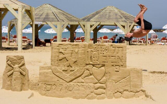 A sand structure celebrating Jerusalem Day, which falls on May 10, at Tel Aviv's Jerusalem Beach (Courtesy Kfir Sivan)