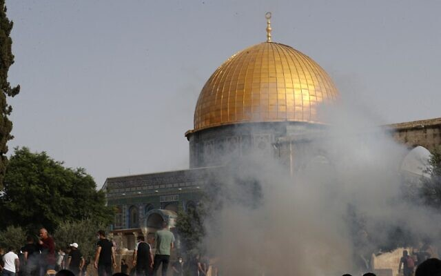 Israeli security forces fire tear gas to disperse Palestinians at Jerusalem's Temple Mount compound on Jerusalem Day, May 10, 2021. (Photo by Ahmad GHARABLI / AFP)