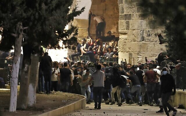 Palestinians clash with Israeli security forces on the Temple Mount/al-Aqsa mosque compound on May 10, 2021. (Ahmad GHARABLI / AFP)