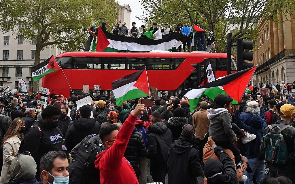 Pro-Palestinian protesters stop a London bus as they participate in a demonstration against Israel, in central London on May 11, 2021. (JUSTIN TALLIS / AFP)