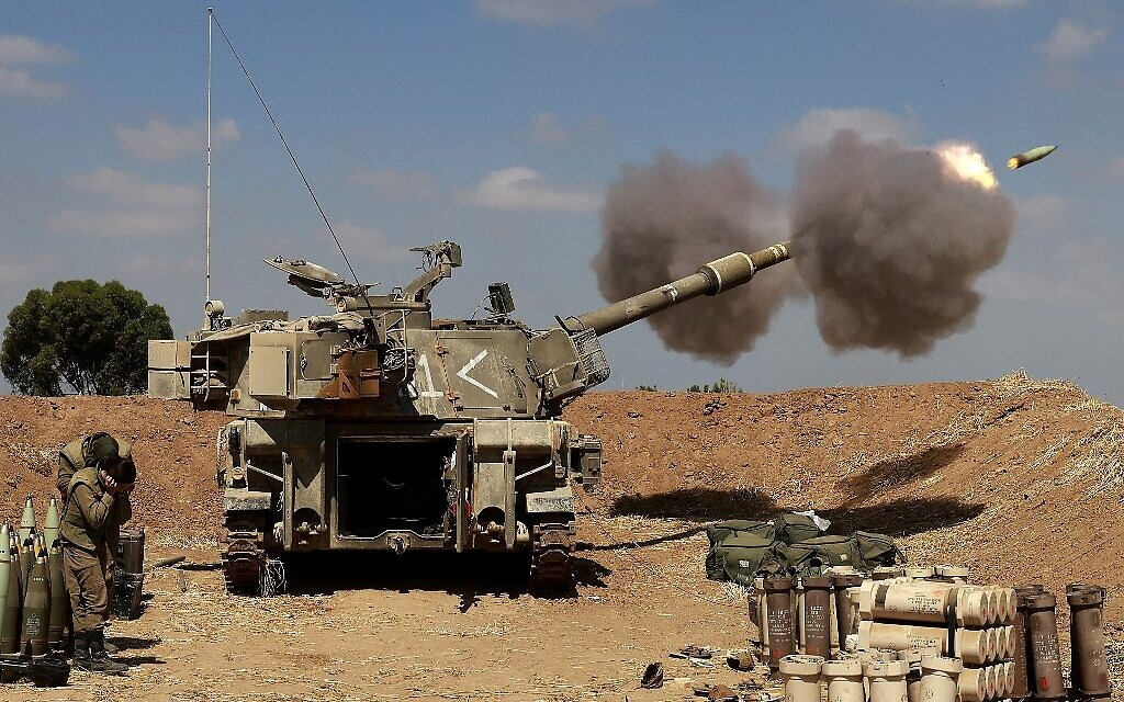 Israeli soldiers fire toward the Gaza Strip from their position near the southern Israeli city of Sderot on May 13, 2021 (Menahem KAHANA / AFP)