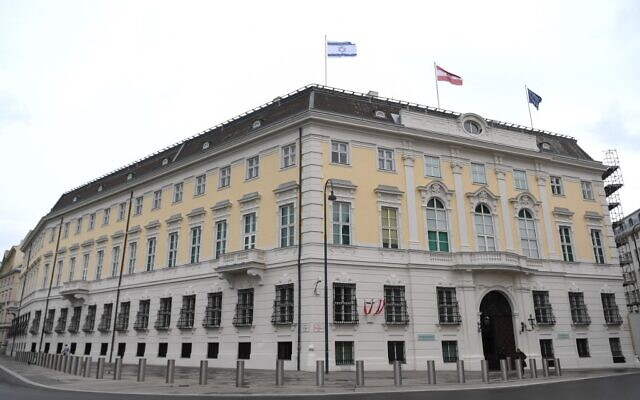 The Austrian Federal Chancellery raised the Israeli flag (Up L) as a sign of solidarity, in Vienna on May 14, 2021. (HELMUT FOHRINGER / APA / AFP)