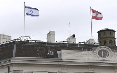 The Austrian Federal Chancellery raised the Israeli flag as a sign of solidarity, in Vienna on May 14, 2021. (HELMUT FOHRINGER / APA / AFP)