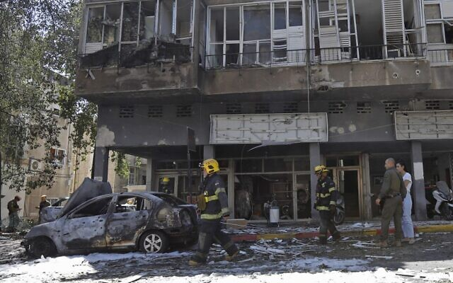 Members of Israeli security and emergency services work on a site hit by a rocket in Ramat Gan near Tel Aviv, on May 15, 2021. One man was killed in the attack. (Gil COHEN-MAGEN / AFP)