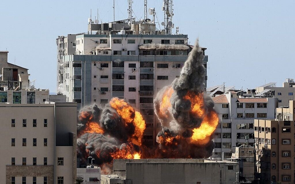 Fire and smoke rises from the Jala Tower as it is destroyed in an Israeli airstrike after the IDF warned the occupants to leave, Gaza City,  May 15, 2021 (MAHMUD HAMS / AFP)