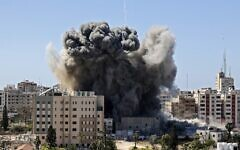 A thick column of smoke rises from the al-Jalaa Tower as it is destroyed in an Israeli airstrike after the IDF warned the occupants to leave, Gaza City,  May 15, 2021. (MAHMUD HAMS / AFP)
