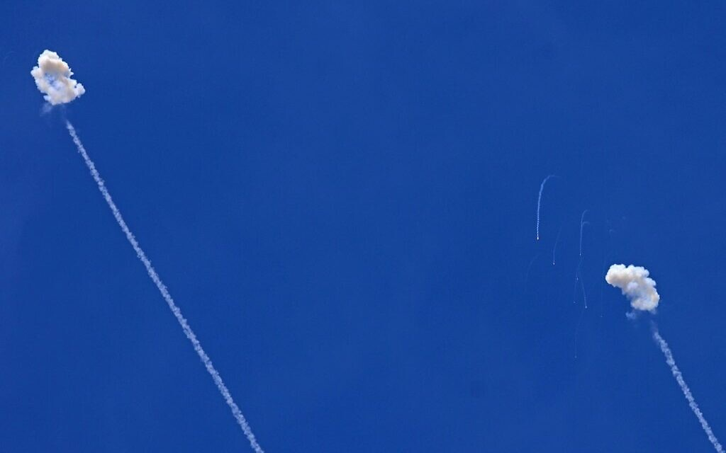 Israel's Iron Dome anti-missile system intercepts rockets launched from the Gaza Strip, by the border with the Palestinian enclave on May 17, 2021. (EMMANUEL DUNAND / AFP)