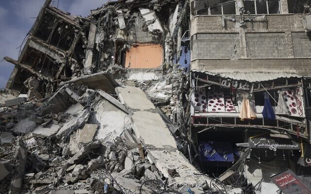 A picture shows destroyed buildings in Gaza City's Rimal area on May 20, 2021 after it was  bombed by an Israeli air strike following rocket fire (MAHMUD HAMS / AFP)