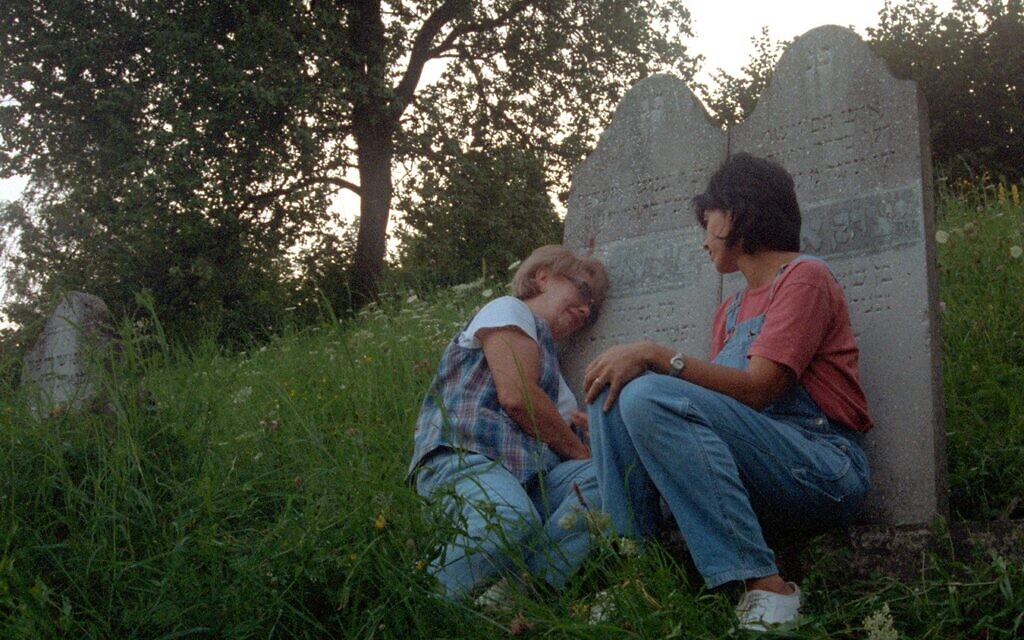 Irene Zisblatt visits her grandparents' grave with her daughter Robin in the 1998 documentary 'The Last Days.' (Courtesy)