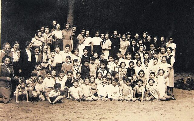 Truus Wijsmuller, at left, looks at the children from the Burgerweeshuis, sometime before 1940. (CC BY-SA 4.0/ Overwijsmuller)