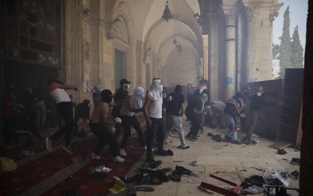Palestinians clash with Israeli security forces at al-Aqsa Mosque compound in Jerusalem's Old City, May 10, 2021. (AP Photo/Mahmoud Illean)