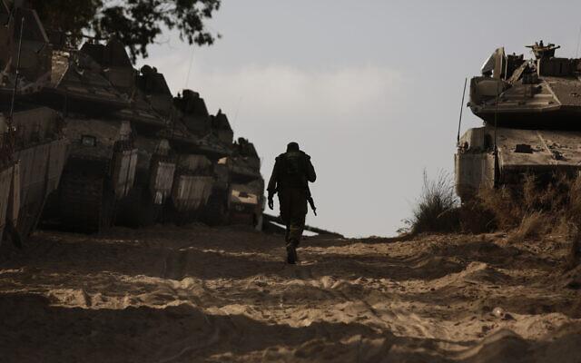Ένας Ισραηλινός στρατιώτης περπατά σε ένα στάδιο στάσης κοντά στα σύνορα με τη Λωρίδα της Γάζας, στο νότιο Ισραήλ, 20 Μαΐου 2021. (AP Photo / Maya Alleruzzo)