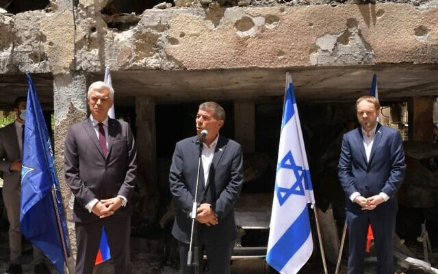 Foreign Minister Gabi Ashkenazi visits a Petah Tikva building hit by Hamas rocket fire with his Czech and Slovak counterparts on May 20, 2021. (Shlomi Amsalem, Foreign Ministry)