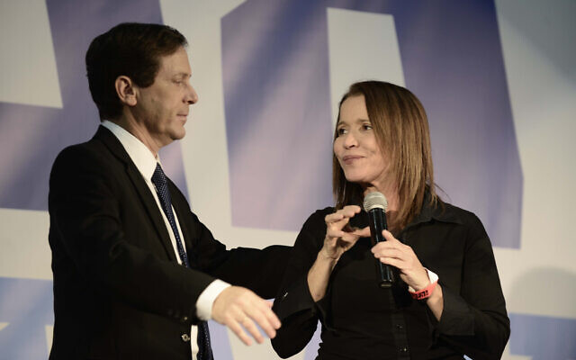 Former Labor head Isaac Herzog (left)  and MK Shelly Yachimovich at a party conference in Tel Aviv on December 14, 2014. (Tomer Neuberg/Flash90)
