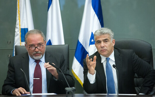 Yesh Atid leader Yair Lapid, right, and Israel Beytenu chief Avigdor Liberman at a joint press conference in the Knesset dealing with Israel's foreign policy, February 29, 2016. (Miriam Alster/Flash90)