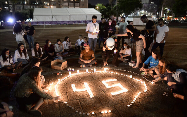 Israelis light candles for the 45 victims who were killed in a crush at Mount Meron during the Lag B'Omer celebrations, at Rabin Square in Tel Aviv. May 2, 2021. (Tomer Neuberg/Flash90)