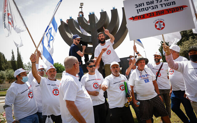 Israeli veterans and disabled IDF soldiers protest outside the Knesset, demanding better financial and medical aid and support, May 5, 2021. (Yonatan Sindel/FLASH90)