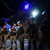 Israeli security forces outside a home of a Jewish family in the East Jerusalem neighborhood of Sheikh Jarrah on May 6, 2021. (Olivier Fitoussi/Flash90)