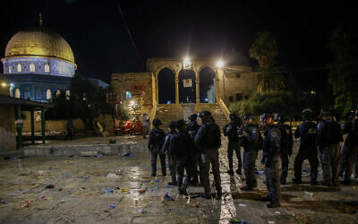 Israeli riot police deployed next to the Dome of the Rock mosque in Jerusalem's Old City on May 7, 2021 (Jamal Awad/Flash90)