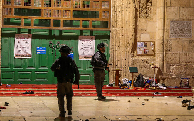Israeli riot police at the Al-Aqsa Mosque in Jerusalem's Old City on May 7, 2021 (Jamal Awad/Flash90)
