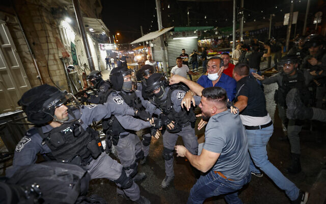 Police officers clash with protesters outside Damascus Gate in Jerusalem on May 09, 2021.  (Yonatan Sindel/Flash90)