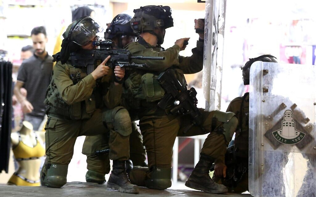 Illustrative -- Israeli security forces during clashes in the West Bank city of Hebron, May 10, 2021 (Wisam Hashlamoun/Flash90)