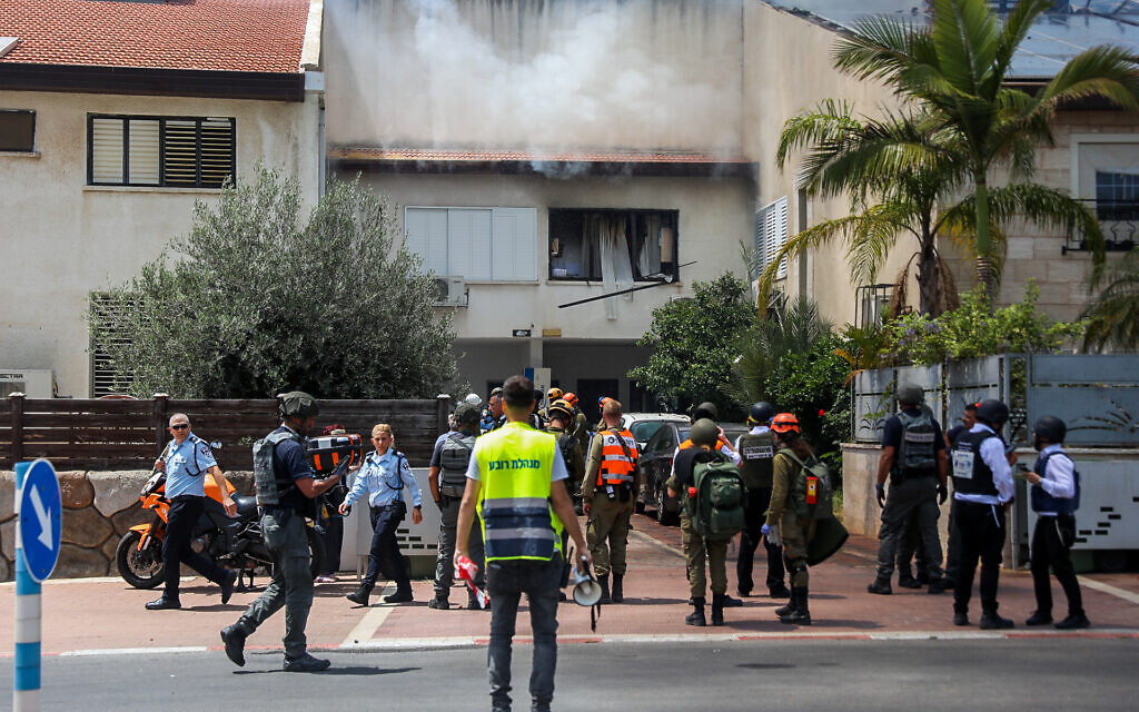 Israeli security forces at an Ashdod home hit by a rocket fired from the Gaza Strip on May 11, 2021 (Flash90)
