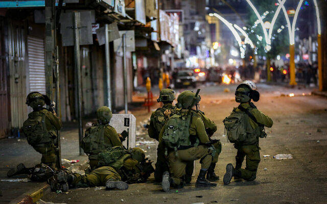 Clashes between the Israeli army and Palestinians in the West Bank city of Hebron on May 12, 2021. (Wissam Hashlamoun/Flash90)
