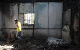 A synagogue in the central Israeli city of Lod torched during a night of heavy rioting in the city, on May 12, 2021. (Yonatan Sindel/Flash90)