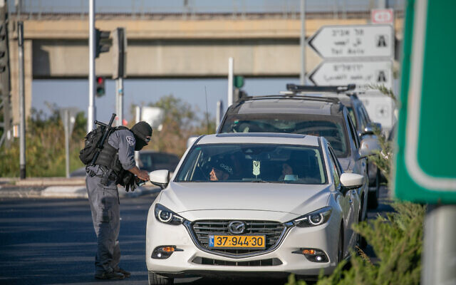 Israeli security forces guard the entrance to the central Israeli city of Lod, following a night of heavy rioting by Arab residents in the city, on May 14, 2021.(Yossi Aloni/Flash90)