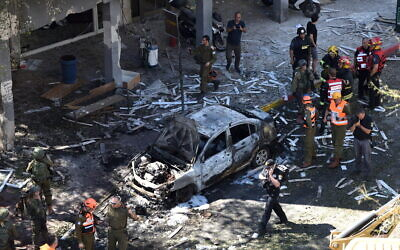 Police and rescue personnel at the scene of a rocket strike in Ramat Gan on May 15, 2021 (Gili Yaari /Flash90)