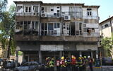 Police and rescue personnel at the scene of a rocket strike in Ramat Gan that killed one person, May 15, 2021 (Gili Yaari /Flash90)