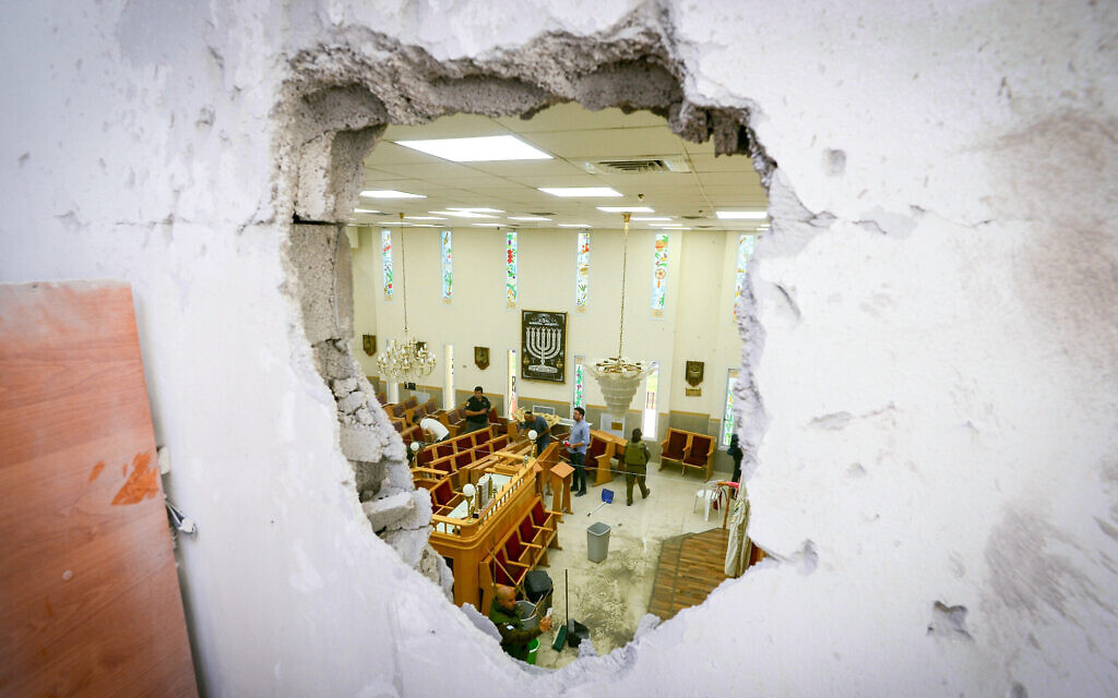 Israeli security forces at the scene where a synagogue in the southern coastal city of Ashkelon was hit by a rocket fired by Palestinian terrorists in the Gaza Strip, May 16, 2021. (Avi Roccah/Flash90)