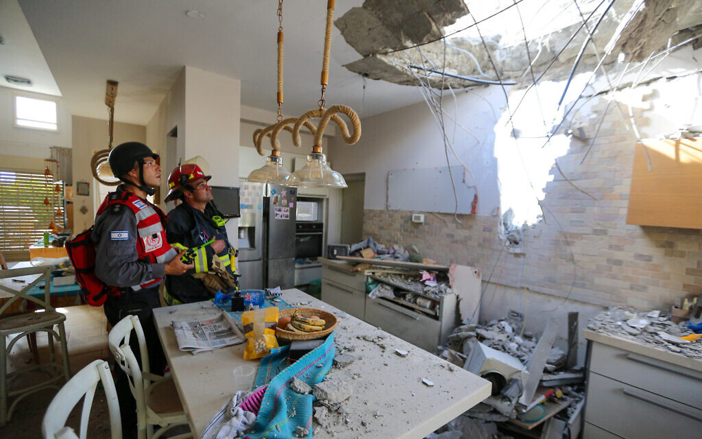 Israeli rescue forces at a home in the southern coastal city of Ashkelon that was hit by a rocket fired by Palestinian terrorists in the Gaza Strip, on May 16, 2021. (Edi Israel/Flash90)