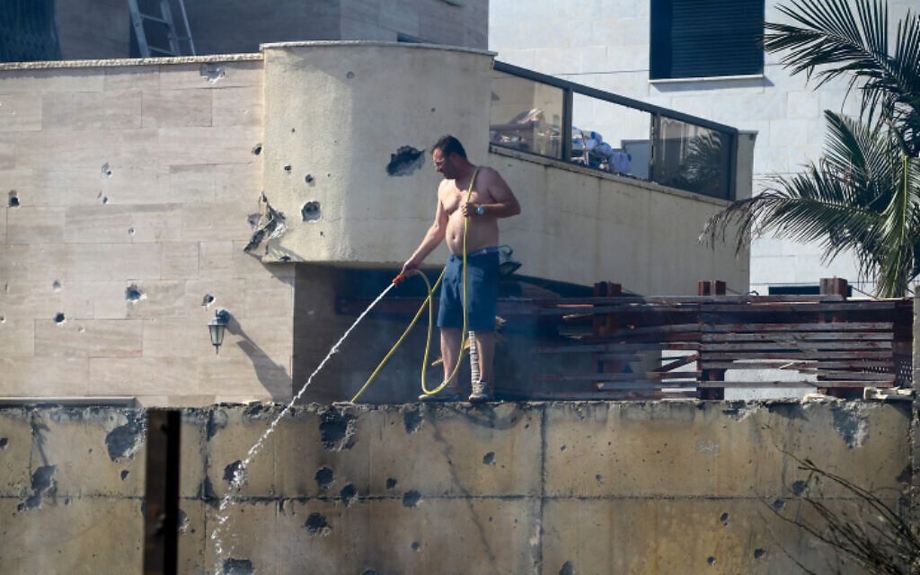 An Israeli man at the scene where a home was hit by a rocket fired from the Gaza Strip in Ashdod on May 16, 2021. (Flash90)