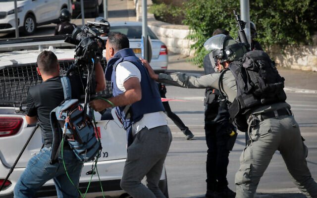 Police shoving reporters near the scene of a car ramming attack in the Sheikh Jarrah neighborhood of East Jerusalem on May 16, 2021. (Yossi Zamir/FLASH90)