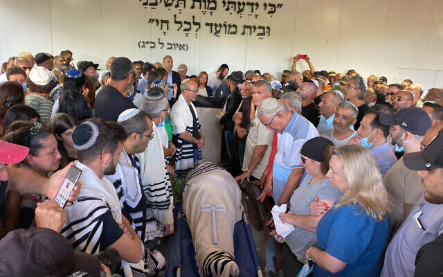 Family and relatives attend the funeral of Yigal Yehoshua, who succumbed to injuries after he was wounded during Arab Israeli riots in the central city of Lod, May 18, 2021 in Hadid. (Avshalom Sassoni/Flash90)