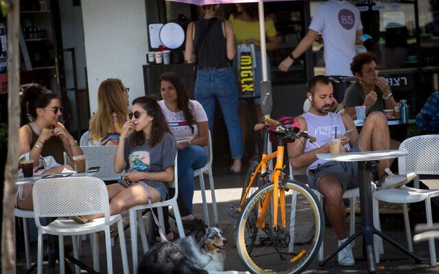 Israelis on the streets of Tel Aviv, May 23, 2021. (Miriam Alster/FLASH90)