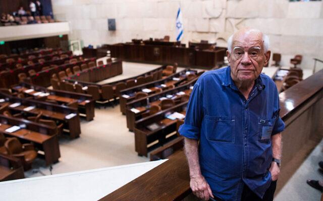 File: Israeli sculptor artist Dani Karavan poses for a picture at the Knesset in Jerusalem on July 11, 2013 (Yonatan Sindel/Flash90)