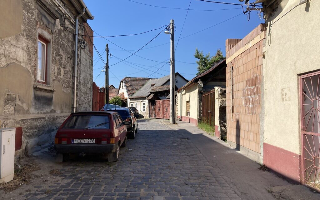 An alleyway next to the synagogue-turned-library in Nagyteteny, which is now a part of Budapest's 22nd district, May 11, 2021. (Yaakov Schwartz/ Times of Israel)